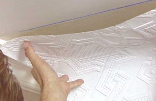 Как правильно поклеить обои своими руками на потолке 47